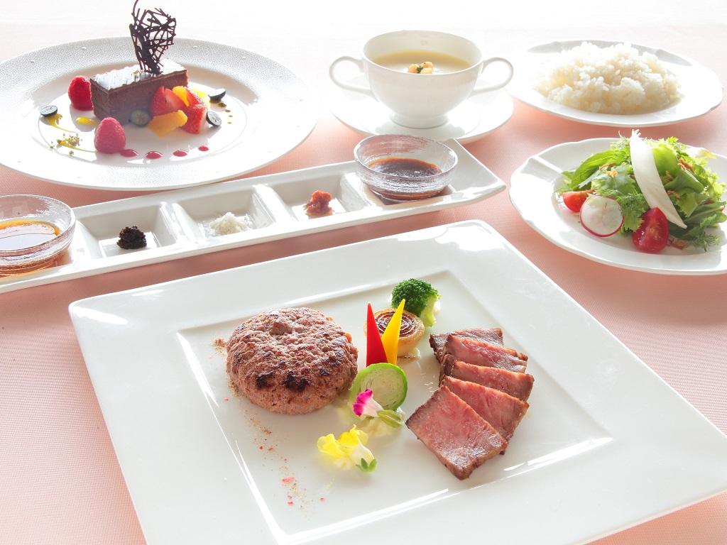 【夕食】山形牛ステーキと粗挽きハンバーグ 5種のソースを添えて
