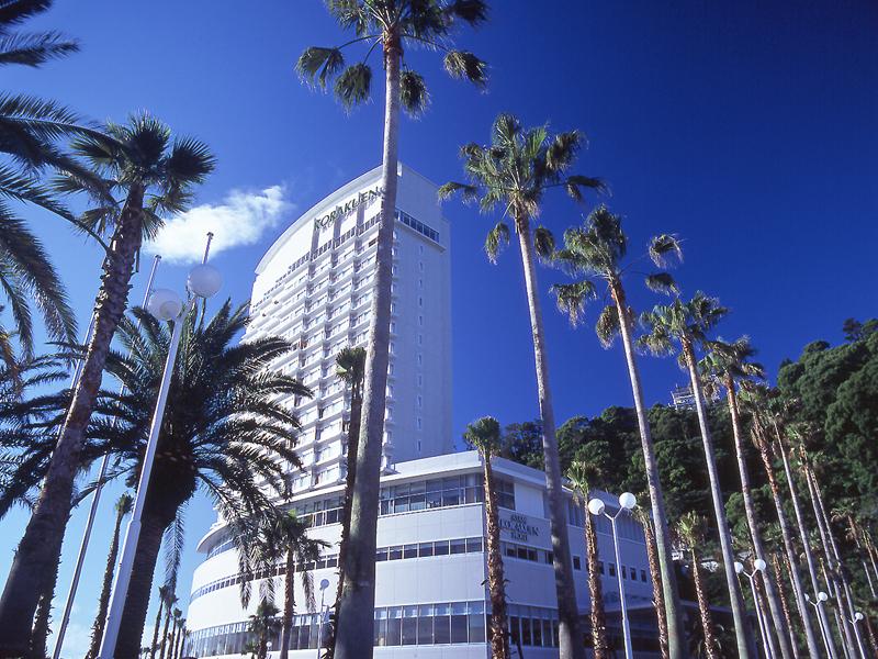椰子の木が目印の白いランドマーク!熱海後楽園ホテル・タワー館