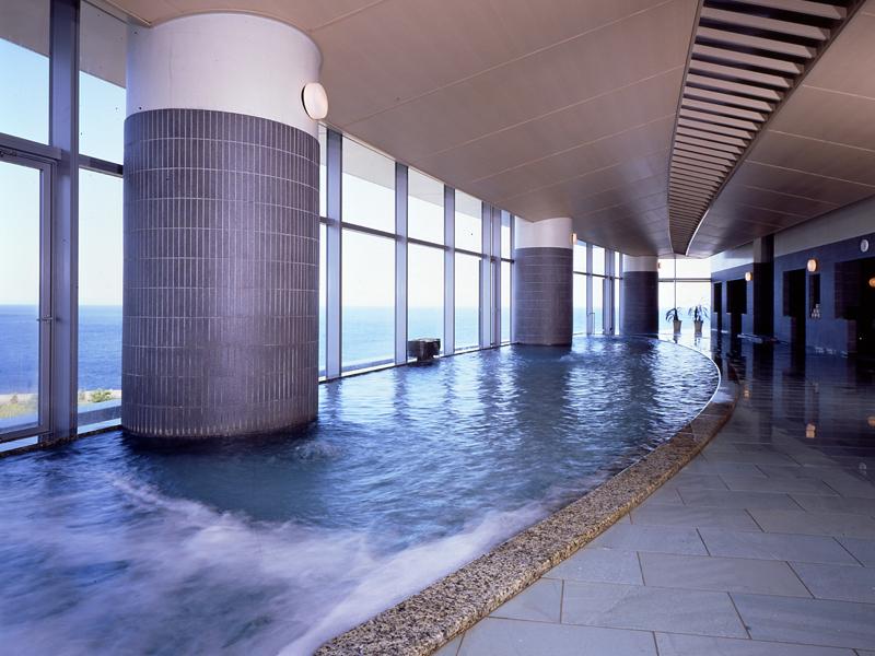 【タワー館・海望の湯】昼間は眼下に真っ青な相模湾を見渡すことができる。