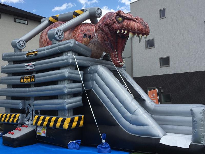 巨大恐竜のすべり台が登場!思いっきり遊ぼう♪