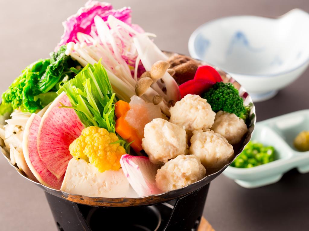 メイン料理(鍋料理)の一例(鶏白湯つくね鍋)