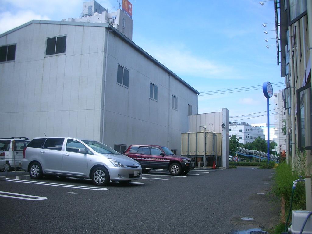 平面駐車場なのでハイルーフ車も安心