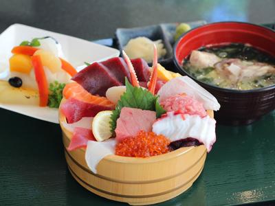 ランチは豪華海鮮丼を召し上がれ!