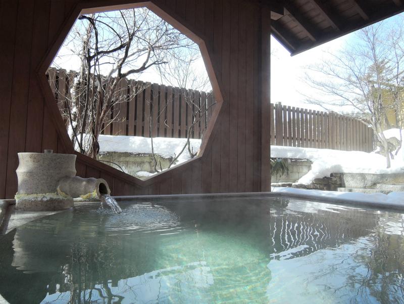 【冬の露天風呂】草津湯畑の源泉を引いております。露天風呂「うたたね乃湯」
