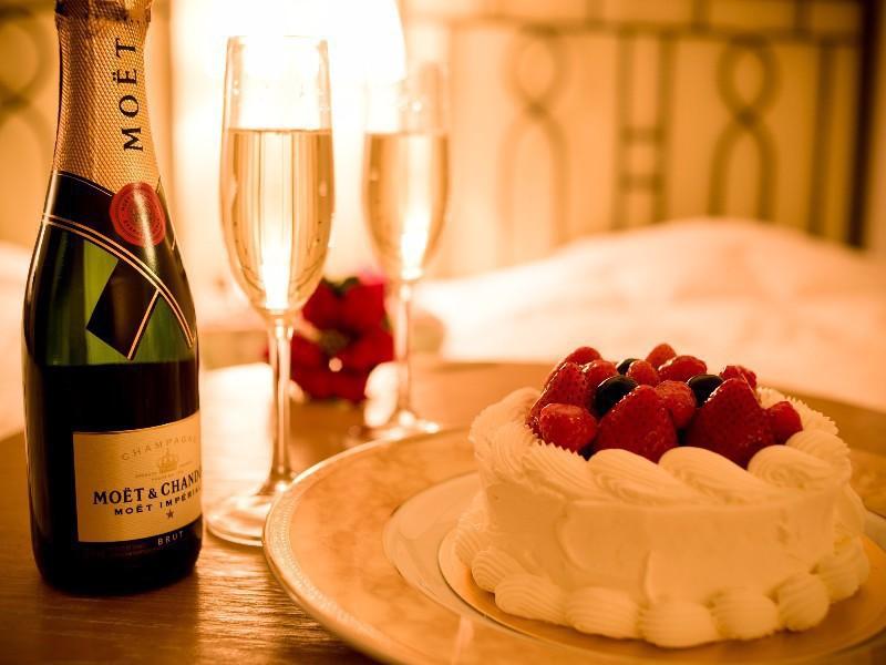 【お二人の記念日旅行プラン】プランの特典:ケーキとシャンパンをお部屋にご用意させていただきます。