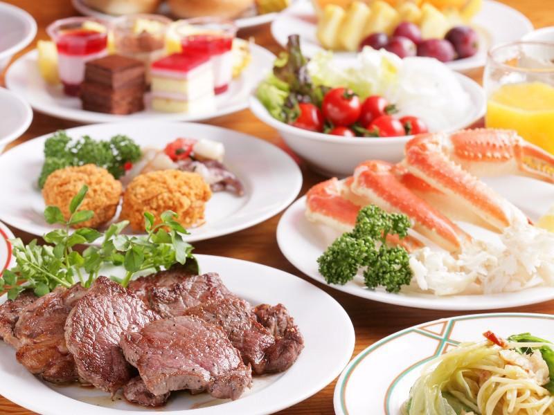 【夕食バイキング】様々な種類の料理が並ぶ夕食バイキング。お好きな料理を召し上がれ♪