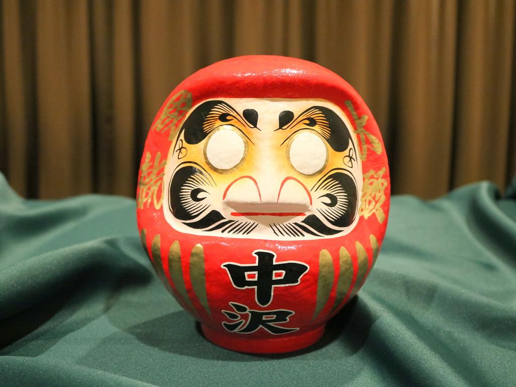 群馬県高崎市の老舗だるま店「高崎今井だるま本舗」の特製家名入りだるま。