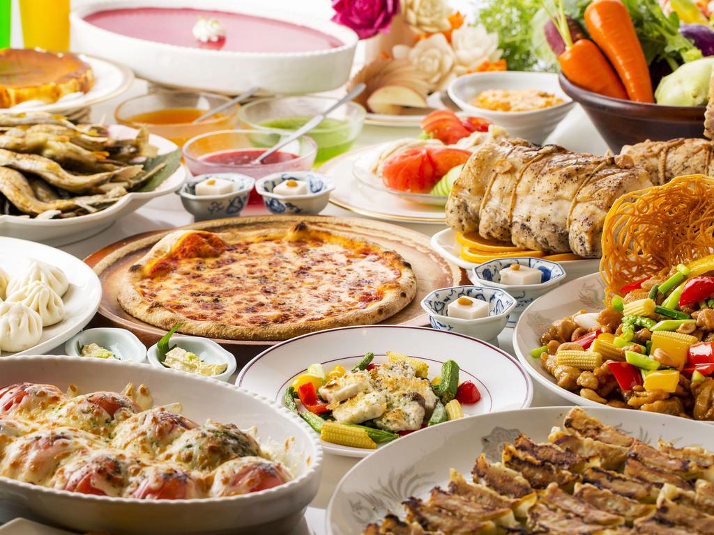 色々な料理が並ぶブッフェ(バイキング)