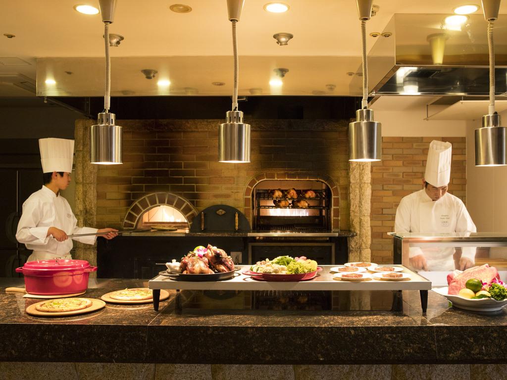 本格石窯で焼き上げるアツアツピザやグリル料理をどうぞ。