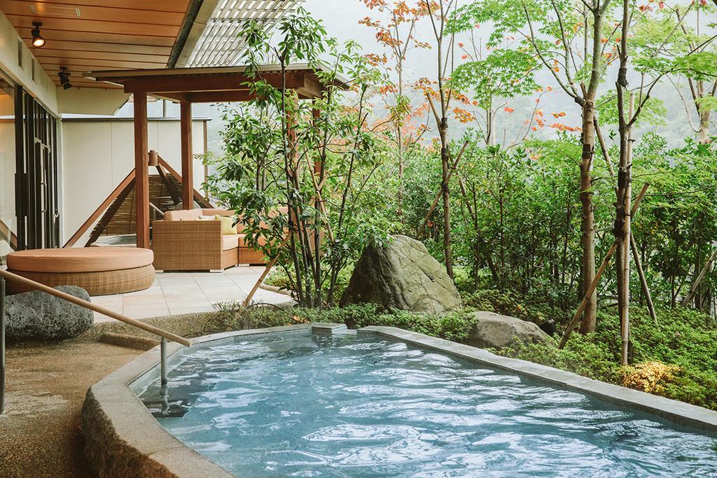 「四季の湯」と「古代檜の湯」、男女入替制の2種の大浴場をお楽しみ下さい。