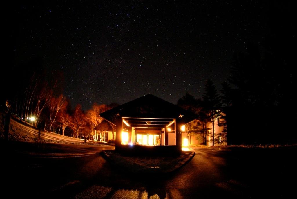 正面玄関と星空