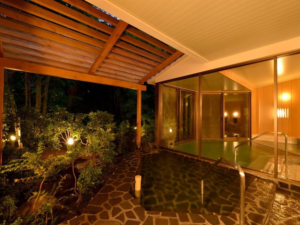 夜の露天風呂付き大浴場