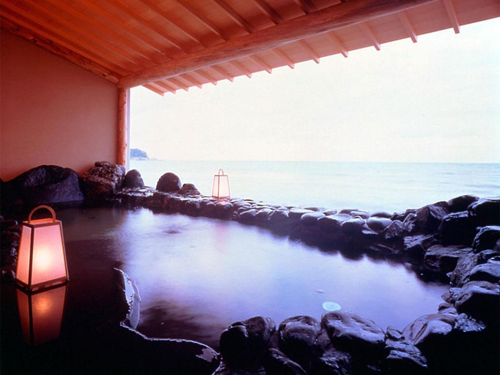 波打ち際の露天風呂