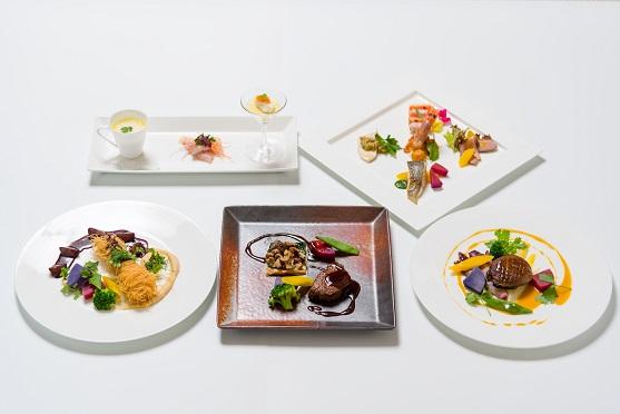 夕食を彩る極上の料理。※写真は集合写真ですがメインは3品の中から1品お選び頂けます