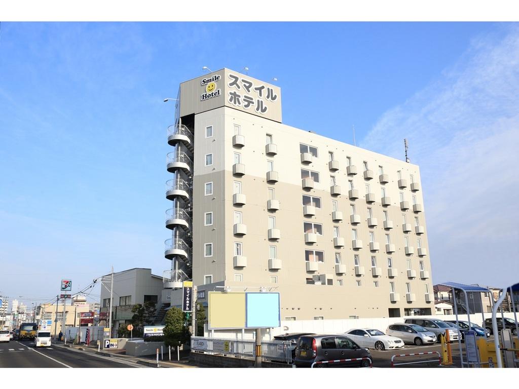 スマイルホテル塩釜は国道45号線に面した位置に立地。クリーム色7階建ての建物が目印です。