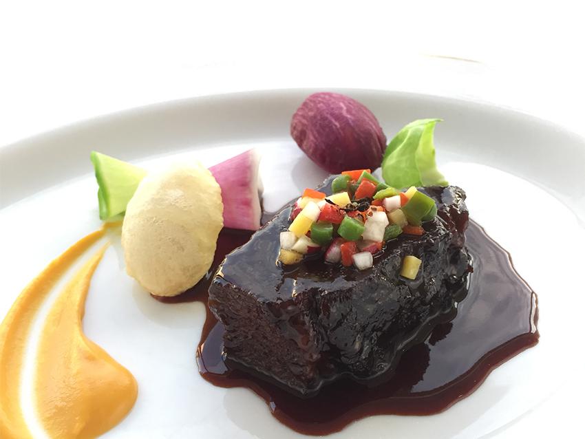タテルヨシノのスペシャリテ「牛ホホ肉の赤ワイン煮込み」
