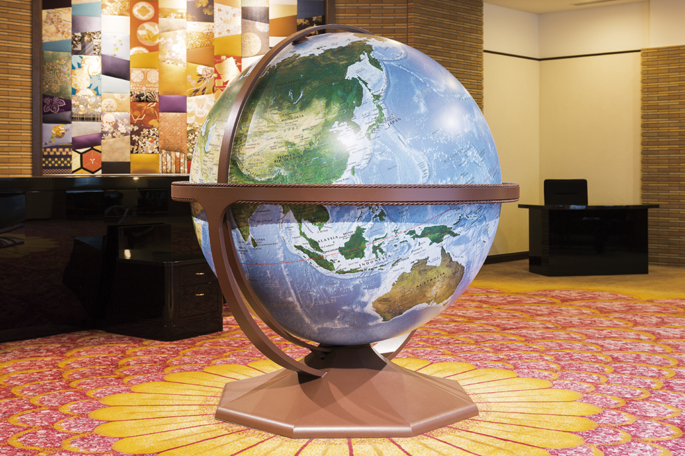 ロビーにある象徴的な大きな地球儀
