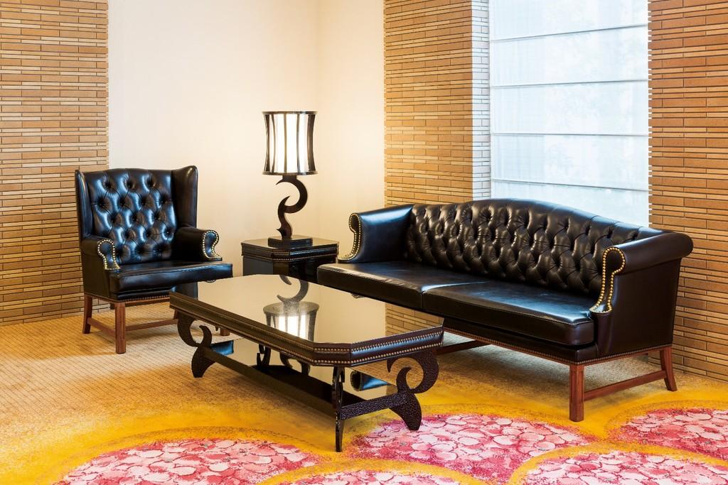革張りの黒いソファは改修を加えながら長く使用してきた歴史ある代物