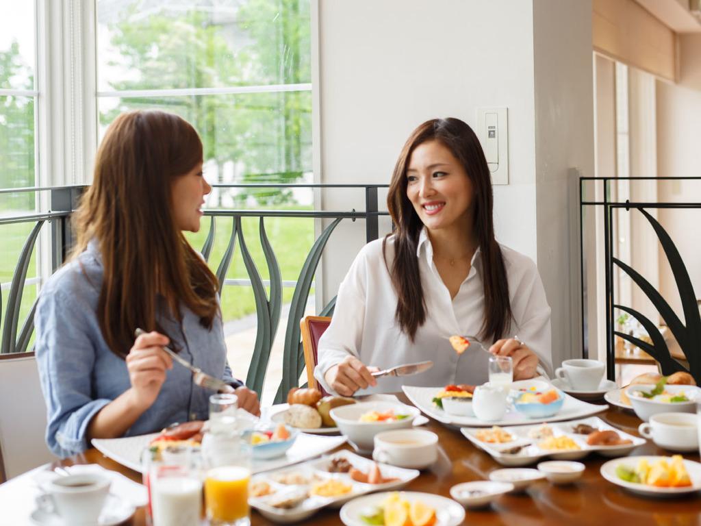 朝日が差し込むレストランでゆったりと朝食をお召し上がり下さい