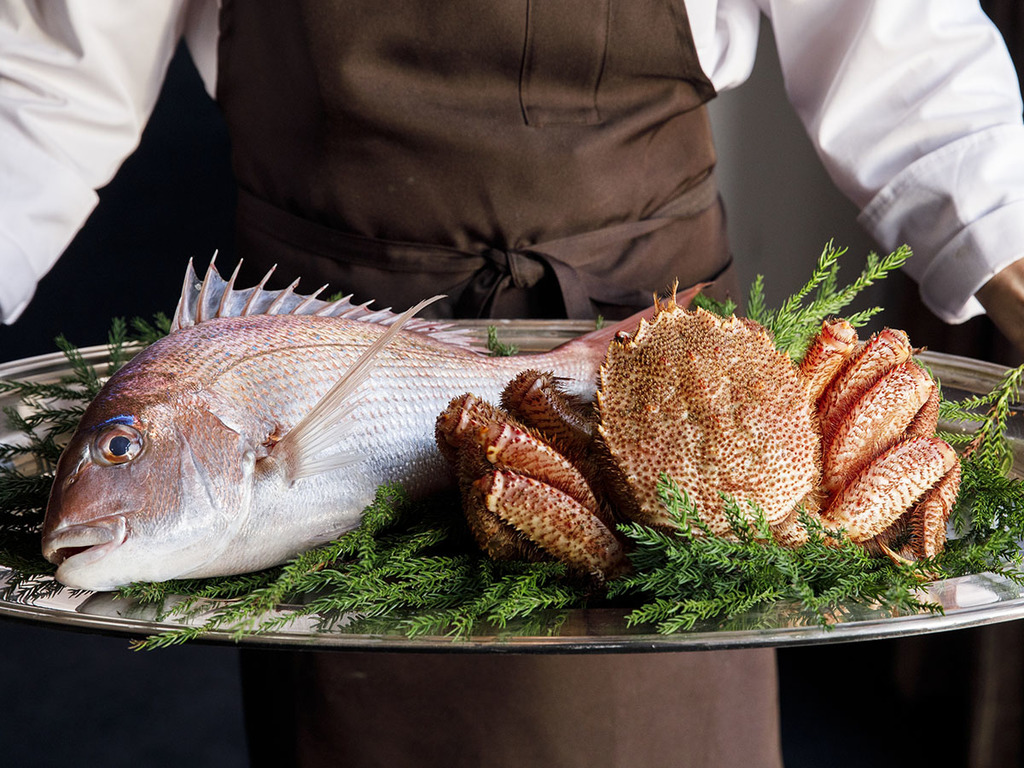 富山湾産の天然鯛と毛ガニ