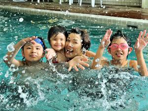 家族みんなでプールで遊ぼう