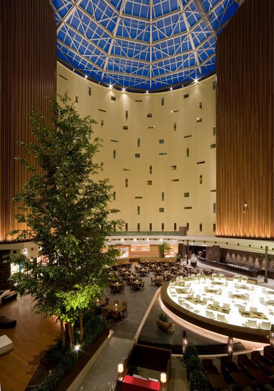 天井まで吹き抜けのレストラン「ファインテラス」