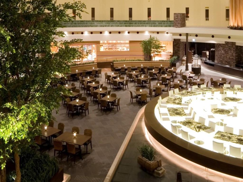 アトリウムに位置する開放的なレストラン