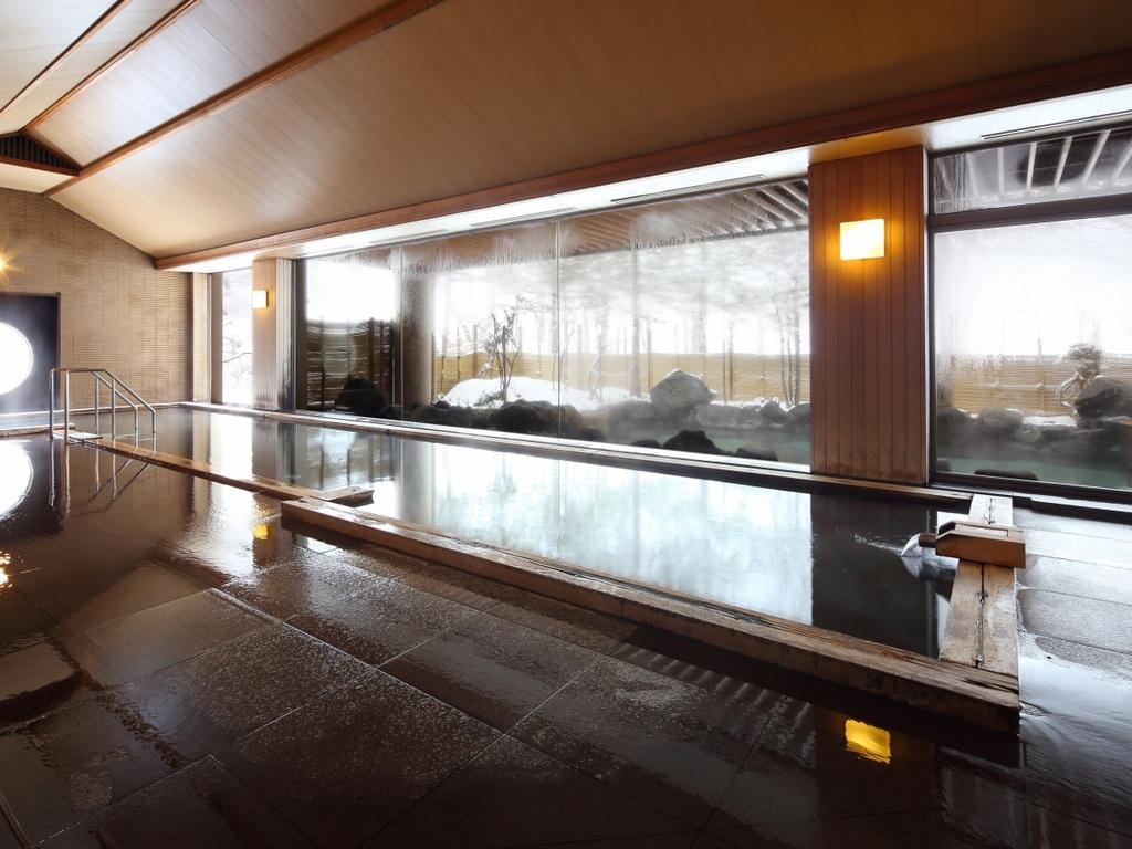 開放感のある窓の外に雪景色が広がる内湯「長生きの湯」は檜風呂です。