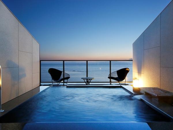 【海に浮かぶ天空の露天風呂付き客室】目の前に広がるオーシャンブルーに感動!