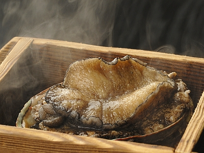 当館の源泉で蒸し上げた柔らかなあわびの源泉蒸しをご賞味ください。