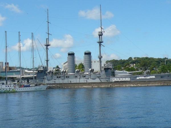 海から見た記念艦「三笠」