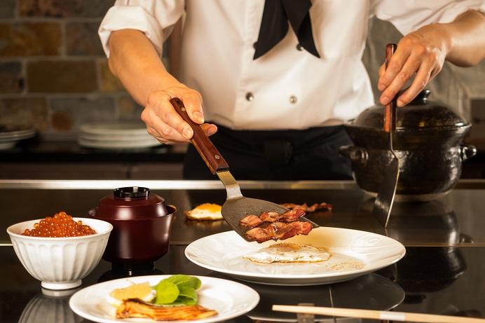 鉄板焼樹氷にて、炊き立てごはんと目の前で焼き上げる鉄板焼きメニューなど、贅沢な朝ごはんをどうぞ