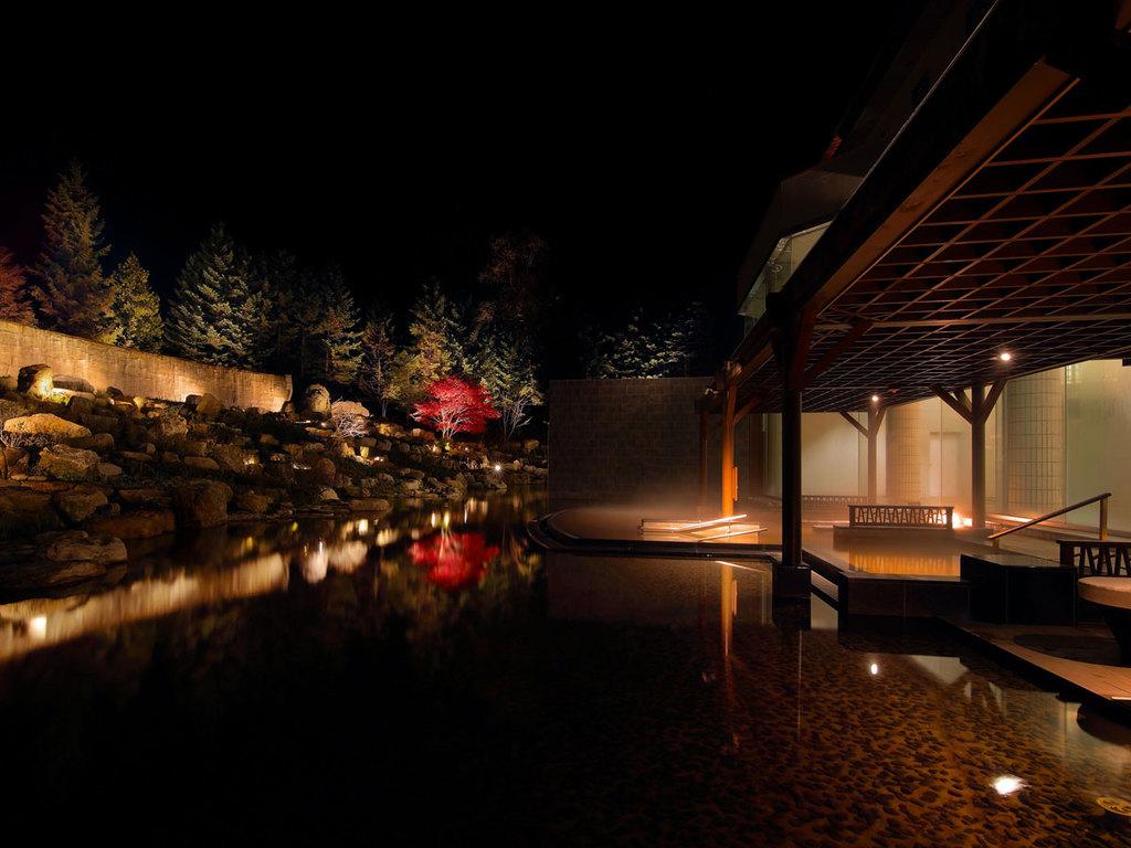 秋の庭園露天風呂「森の清流・滝壺の湯」