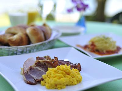 バラエティー豊かなお料理を、和洋食ビュッフェスタイルでお楽しみください。
