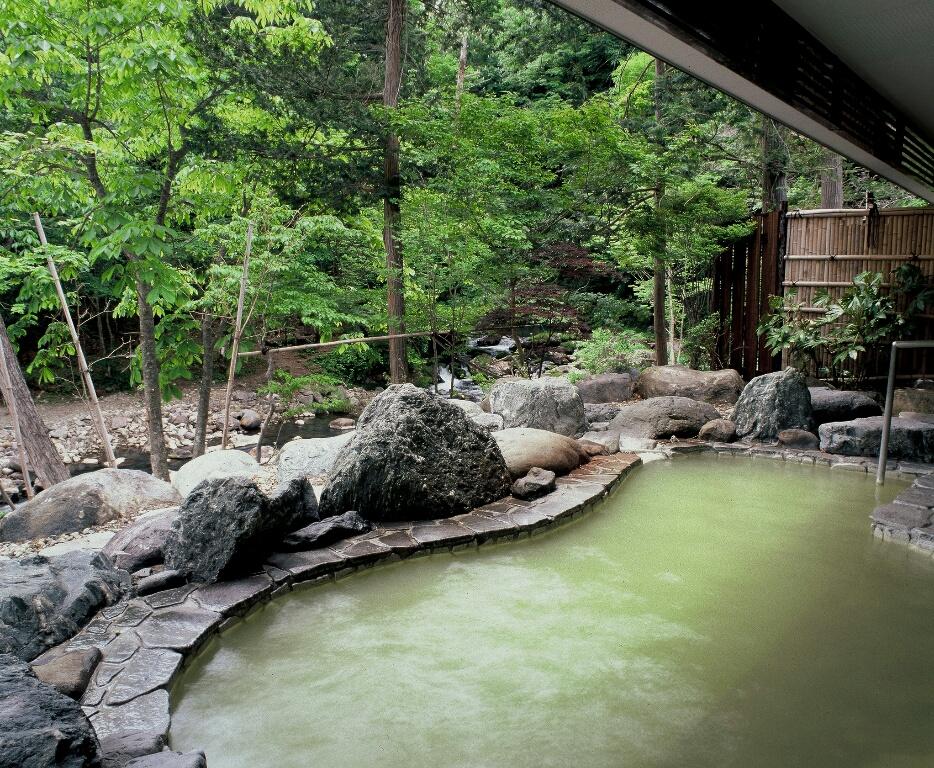 高尾の湯・渓流露天風呂  四季折々、自然美を堪能できる赤川渓谷沿いの渓流露天風呂、高尾の湯。
