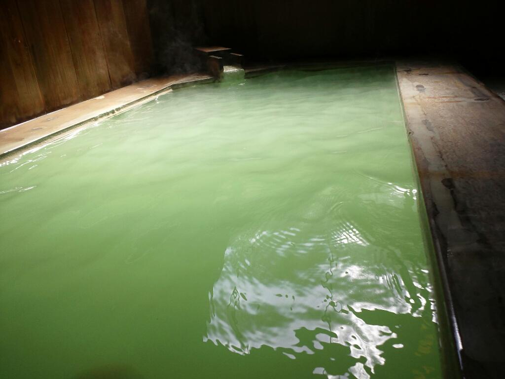 宝の湯 鮮やかなグリーン色の宝の湯。気候や温度で変化する温泉の色。その時どきの温泉をお楽しみ下さい。