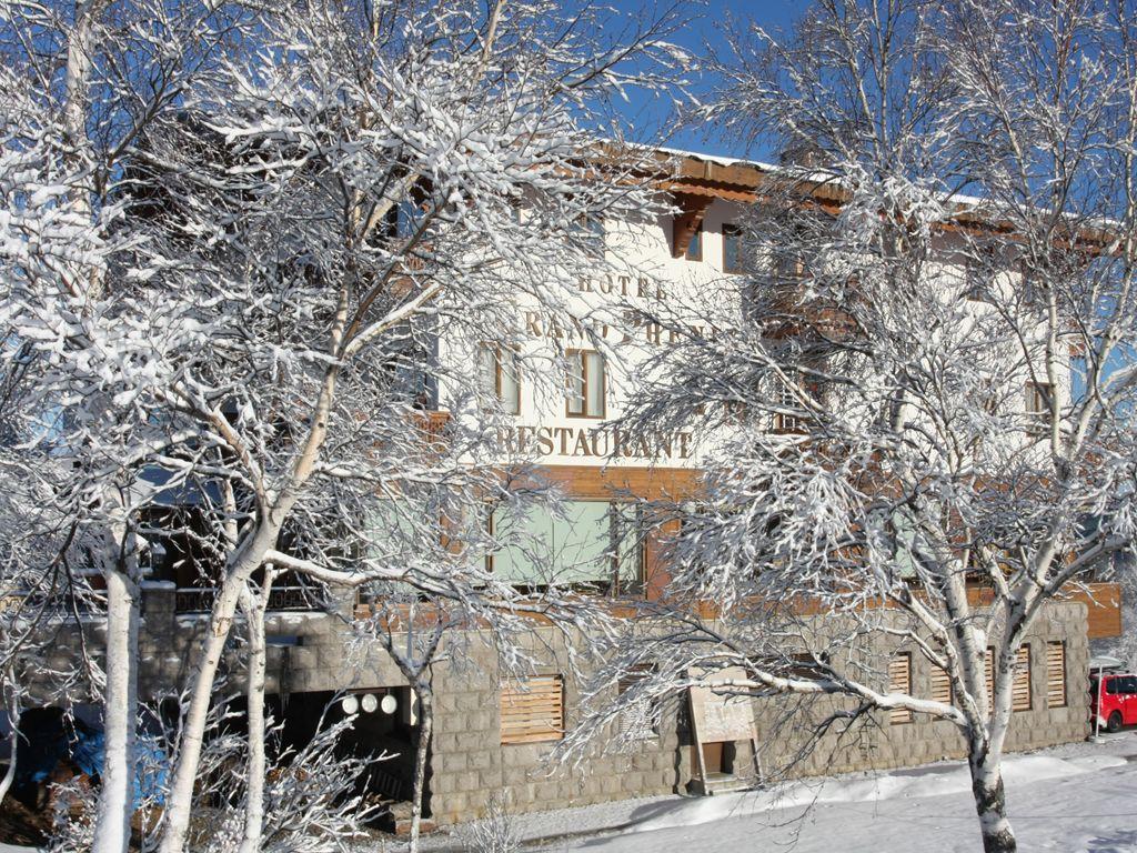 木々とホテル外観