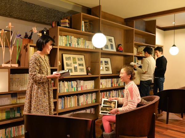 ●読書ラウンジ 2015年11月、木々の香りが心地よいカフェスタイルの読書ラウンジへとリニューアルいたしました。