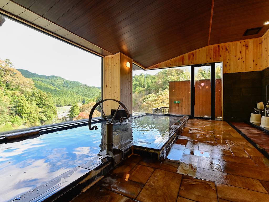 【展望大浴場(男性)】山々を見渡せる展望大浴場