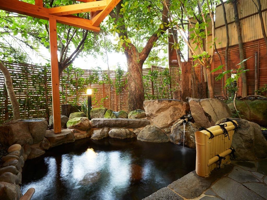 自然に囲まれた人気の貸切露天「緑庵」でプライベートな湯浴みタイムを満喫