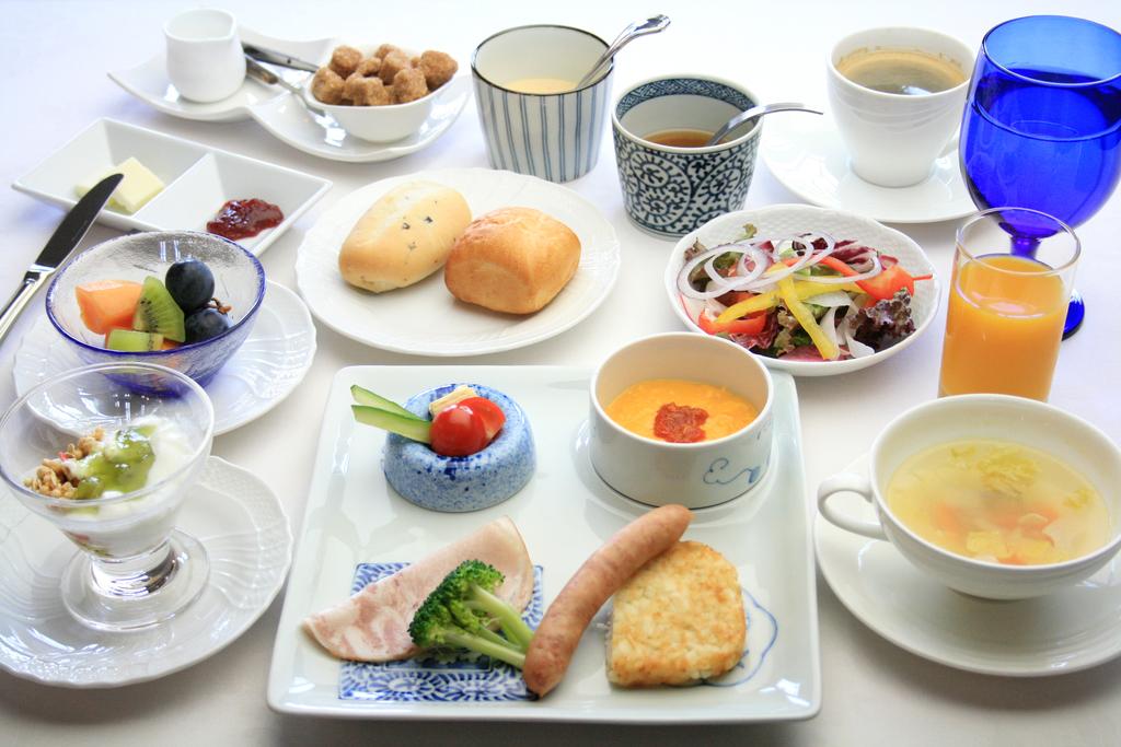 ご朝食は波佐見焼の器も目を楽しませる洋食セットをご用意いたします。