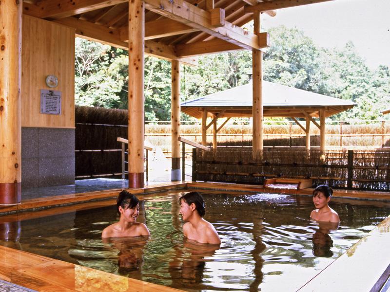 お隣の施設、四季の湯温泉のヒノキ風呂