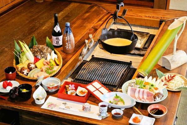 旅籠名物「本格囲炉裏会席」。囲炉裏を囲み、味わい豊かな季節のお料理の数々をお楽しみ下さい。