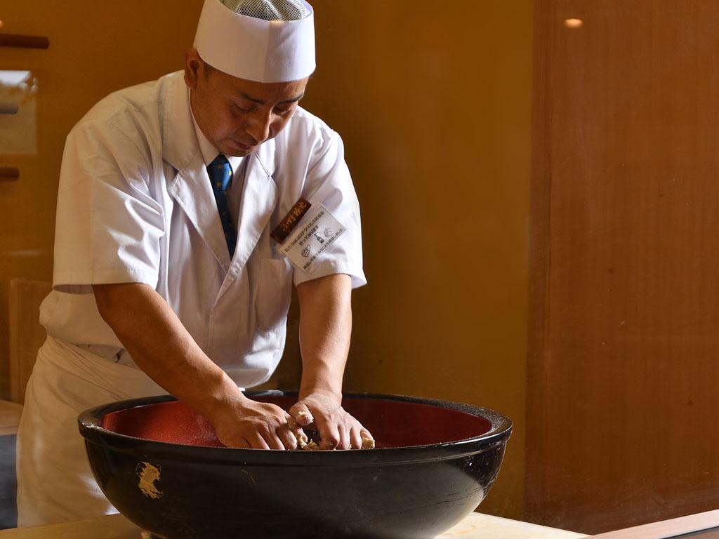 「蕎麦匠房まくらぎ」の小野蕎師