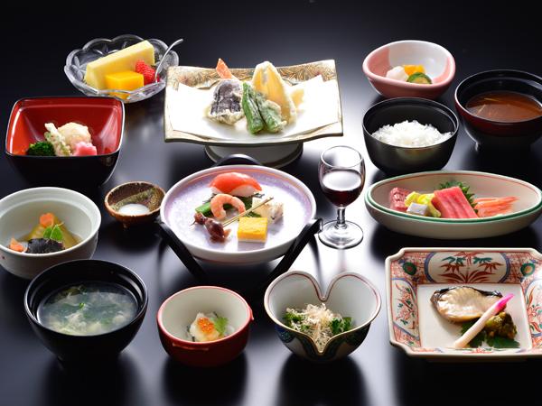 越後の海の幸や築地のまぐろ、京野菜など全国より仕入れた旬の食材と地元上州産の食材をふんだんに盛り込んだ京風の懐石料理