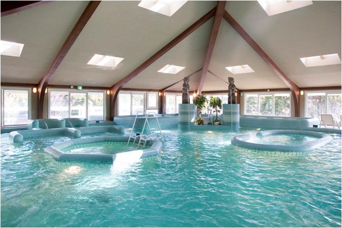 タラソテラピーの温海水プール、アクアトニック。さまざまな、水流やジェットが筋肉を効果的にほぐします。