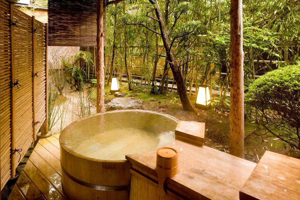 露天風呂付の一例庭園側