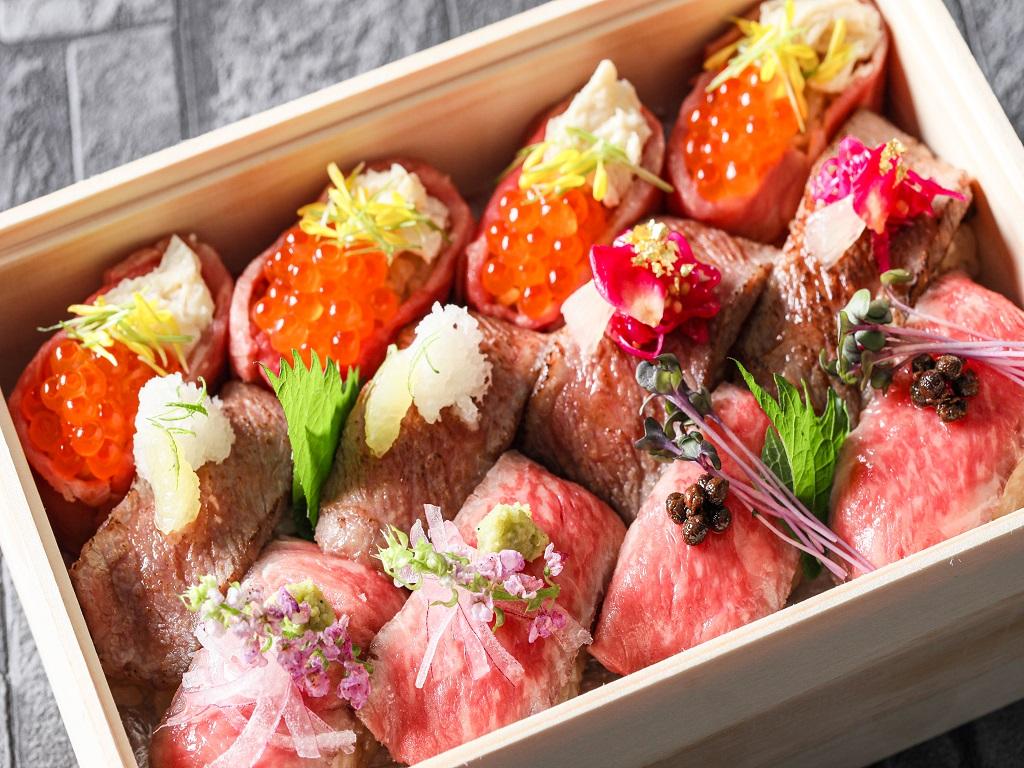 """高級肉寿司弁当""""雅""""。1箱2人前でございます。"""