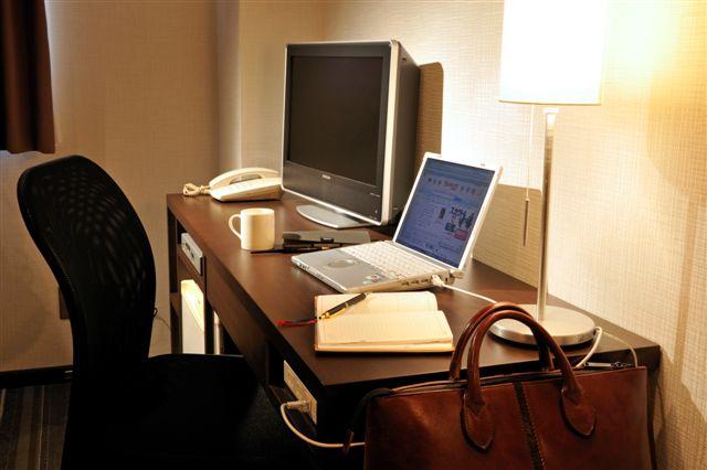 広めのビジネスデスク&チェアを備えた機能的なシングルルームです