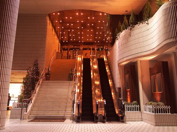 ホテル1階正面玄関からフロント・ロビーへはエスカレーターで♪